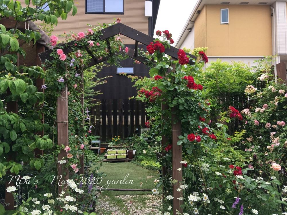 お庭の入り口のアーチ